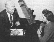 J. B. Rhine menant une expérience de Psychokinésie utilisant des dés lancés au moyen d'un lanceur de dés mécanique.