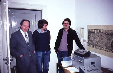 W.v. Lucadou (au centre) présente son dispositif expérimental à E. Bauer (droite) et J. Mischo (gauche)